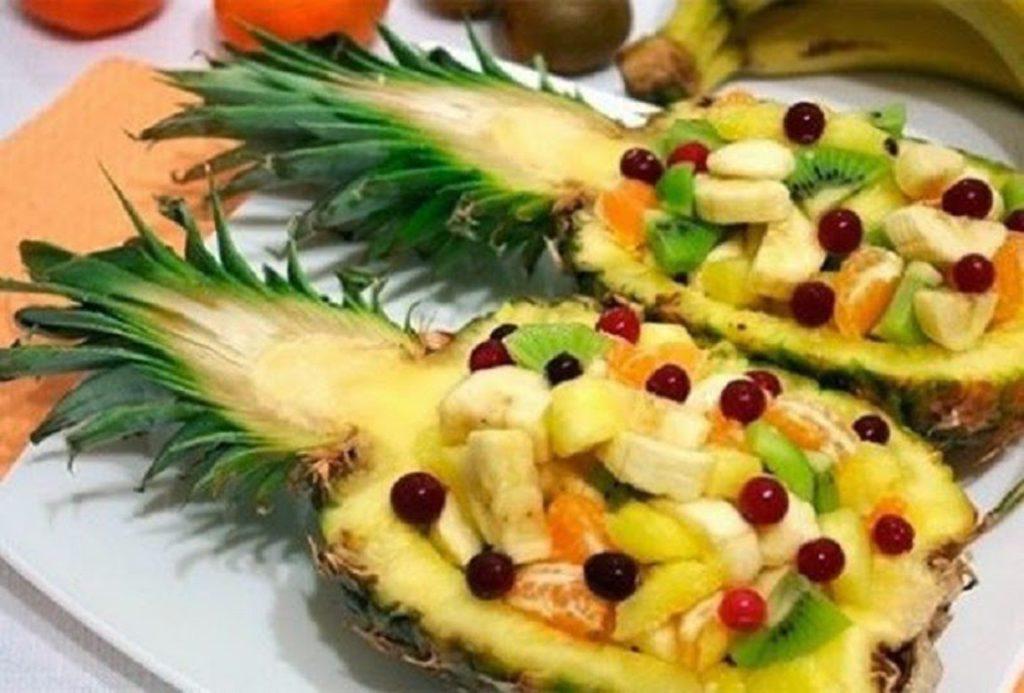 Фруктовая тарелка из ананаса