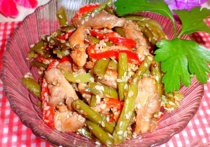 Рецепт: чесночные стрелки с курицей и кунжутом